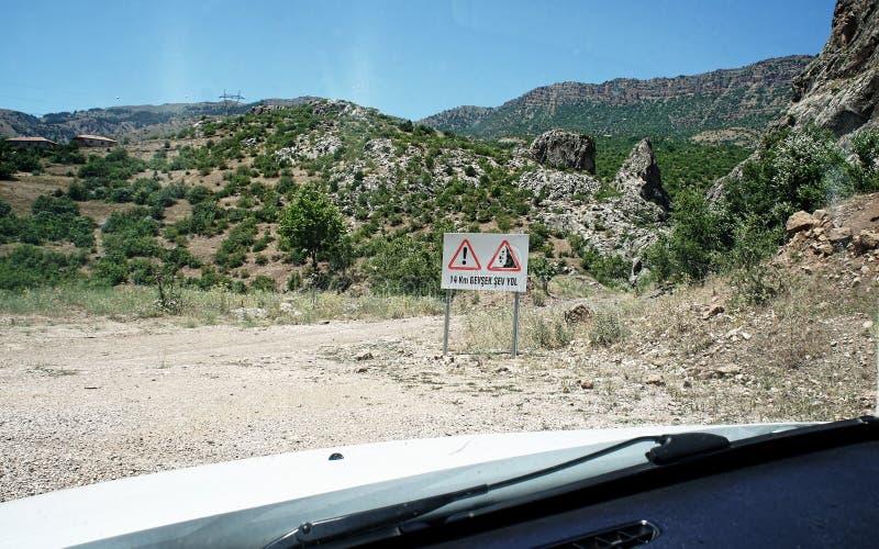 Cobrir a estrada com sinais de aviso através de Taurus Mountains, Tur fotos de stock