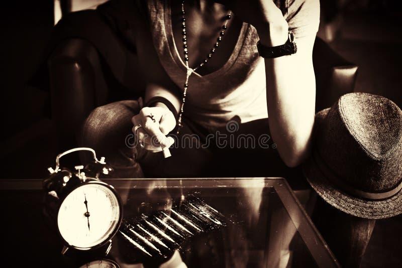 Cocaína sniffing da menina com tabela espelhada foto de stock