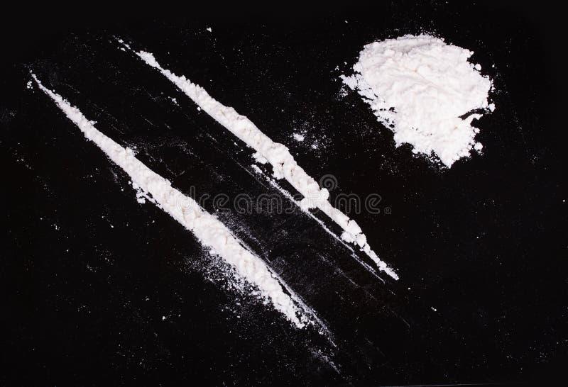 Cocaïnepoeder in lijnen royalty-vrije stock afbeelding
