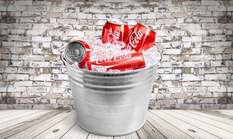 Coca-cola cans i en ishink arkivfoton