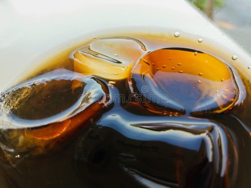 Coca-Cola en el vidrio con hielo foto de archivo