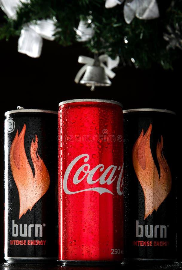 Coca-cola et deux brûlures pour la nouvelle année et le Noël sur un fond noir Le Coca-Cola et la brûlure est images libres de droits