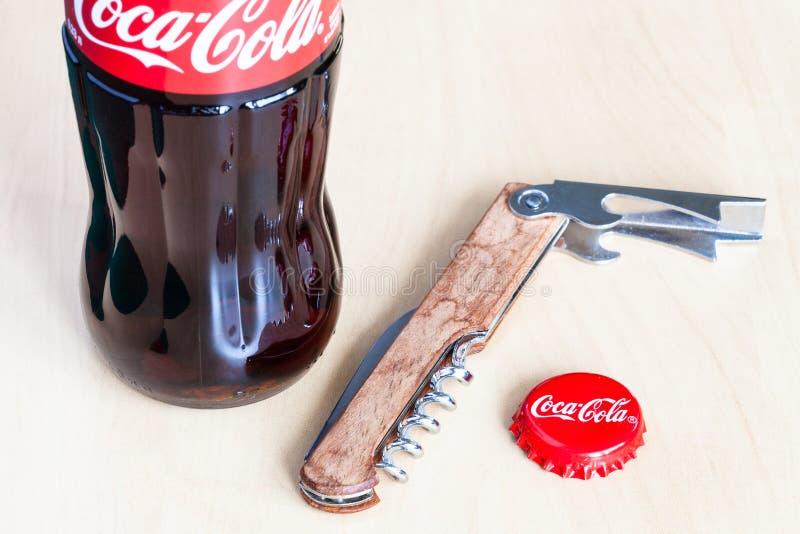 Coca-Cola-glasfles, gebruikte kroonkurk en opener royalty-vrije stock fotografie