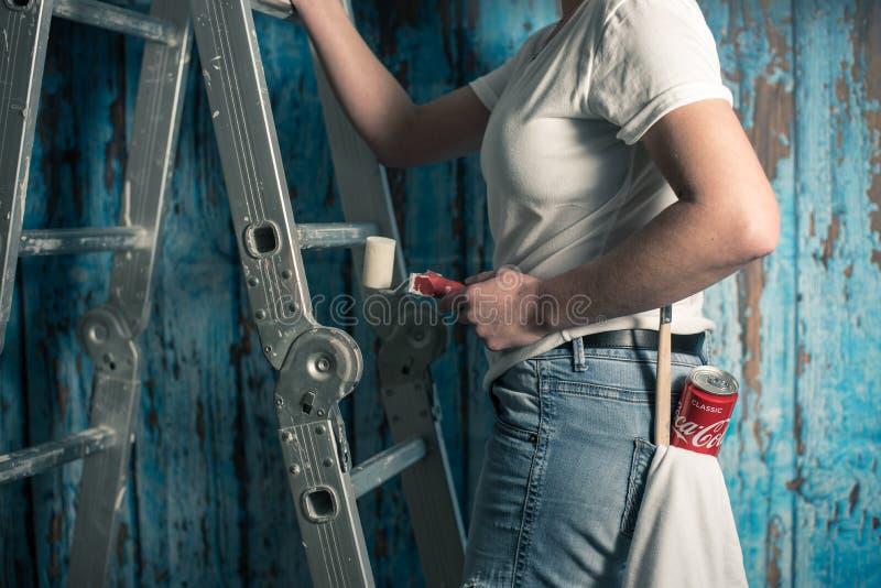 Coca-cola potable dans le travail photo libre de droits