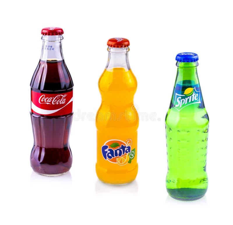 Coca - cola, Sprite och Fanta cans som isoleras på vit bakgrund arkivfoto