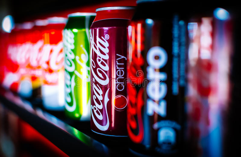 Coca- Coladosen, Koks lizenzfreies stockbild