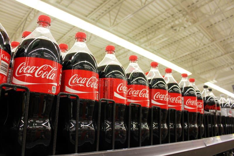 Coca Colaflaschen lizenzfreie stockfotos