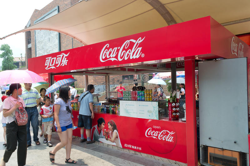 Coca Colastand an den Museums-Terrakotta-Kriegern stockfoto