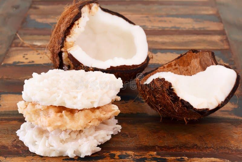 Cocada del caramelo del coco con el coco en la tabla de madera fotografía de archivo