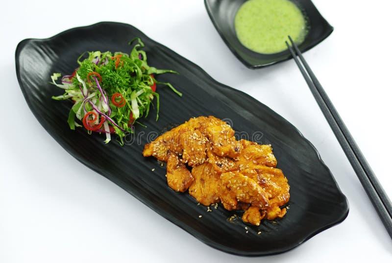 Coccodrillo arrostito con la salsa e l'insalata di peperoncino rosso del burro fotografia stock