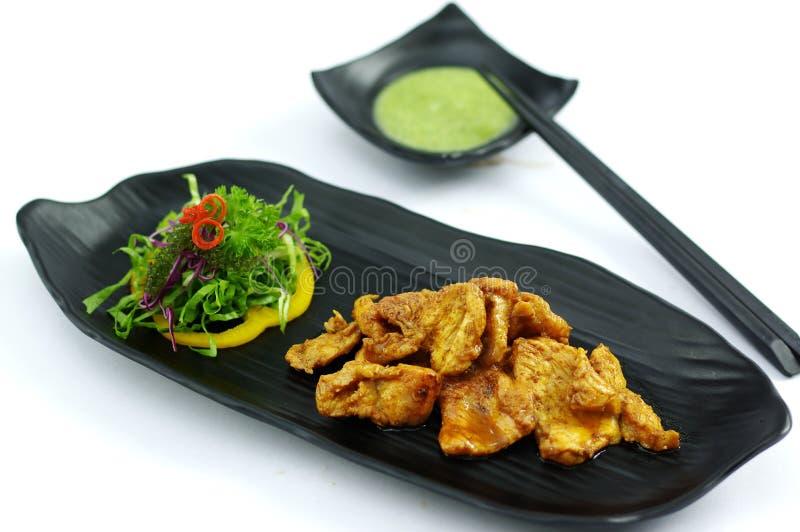 Coccodrillo arrostito con la salsa e l'insalata di peperoncino rosso del burro fotografie stock libere da diritti