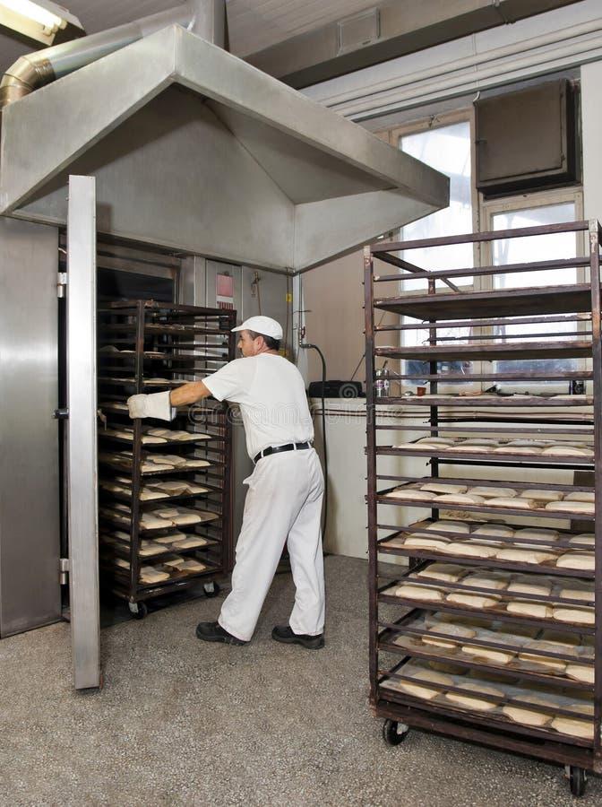 Cocer al horno un pan imagen de archivo libre de regalías