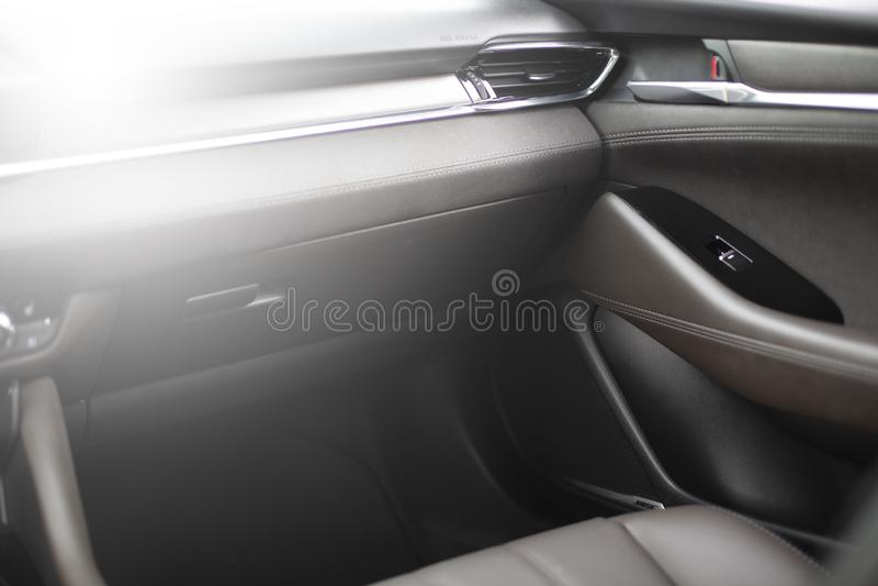 Coche adentro Nuevo interior moderno del coche superior con los asientos de cuero foto de archivo