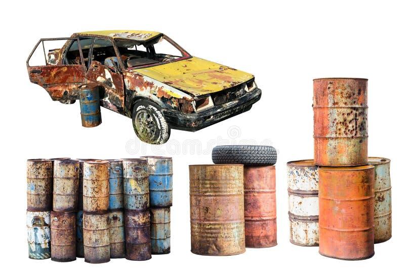 Coche aherrumbrado viejo y barril de aceite destruido del metal del moho aislados en w fotografía de archivo