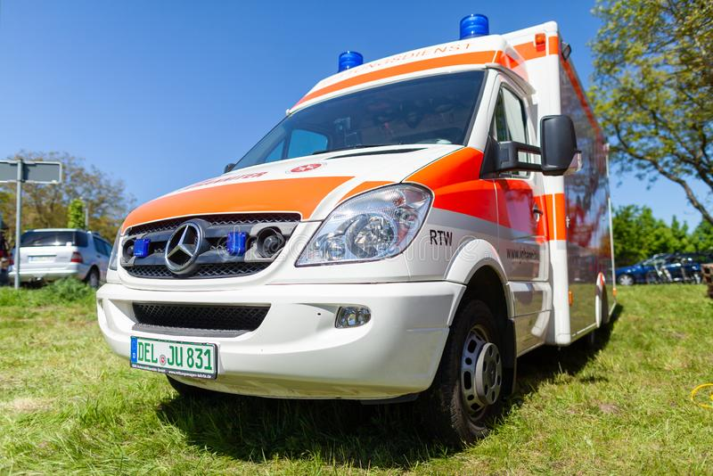 Imágenes numeradas - Página 17 Coche-alem%C3%A1n-de-la-ambulancia-del-dado-johanniter-delmenhorst-alemania-mayo-el-se-coloca-en-d%C3%ADa-abierto-acontecimiento-p%C3%BAblico-142441559