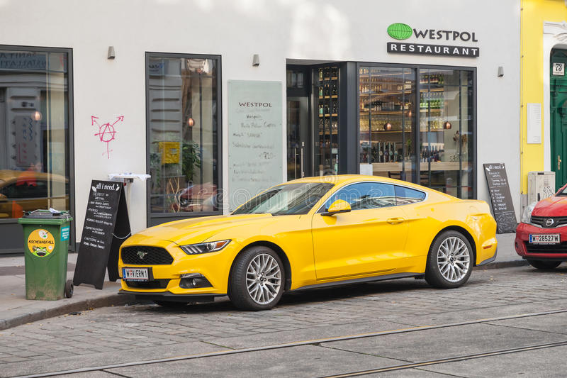 Coche amarillo 2015 de Ford Mustang en la calle imagen de archivo libre de regalías