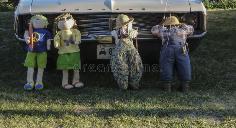 Coche antiguo de la parrilla blanca de Chrysler con las muñecas de los niños foto de archivo