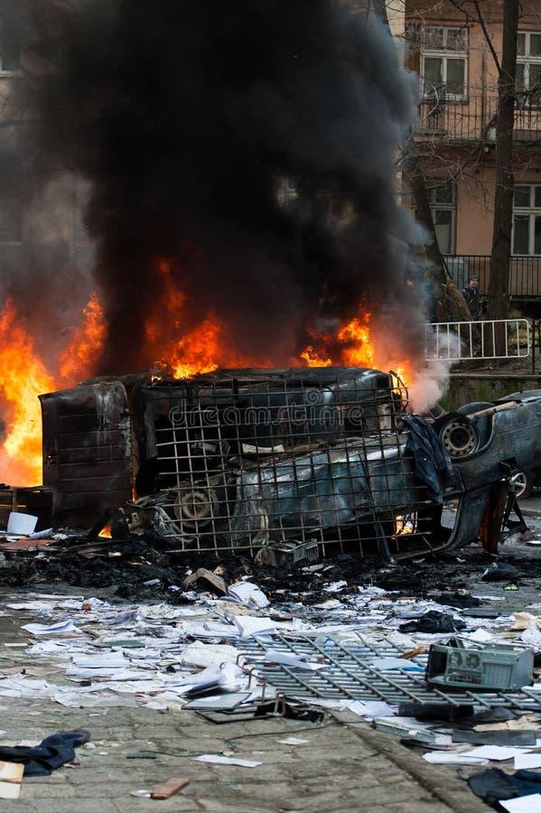 Coche ardiente coche destruido y fijado en el fuego durante los alborotos Centro de ciudad imágenes de archivo libres de regalías