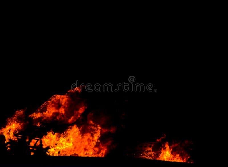 Coche ardiente en el camino en la noche, una conclusión del accidente trágico con foto de archivo