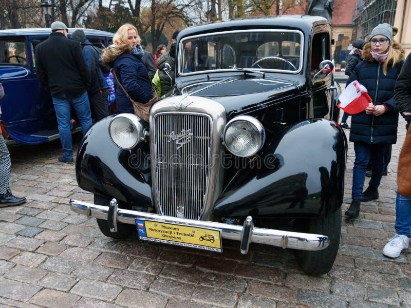 Coche Austin Six del vintage en la calle en el Día de la Independencia de Polonia varsovia polonia foto de archivo libre de regalías