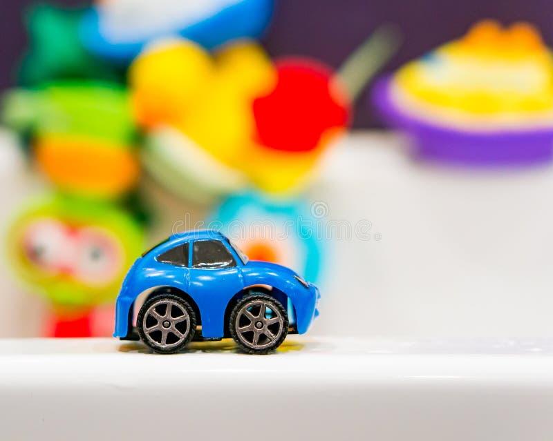 Coche azul plástico del juguete fotos de archivo