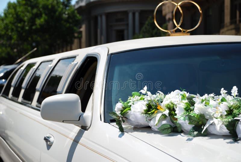 Coche blanco de la boda con las flores fotografía de archivo