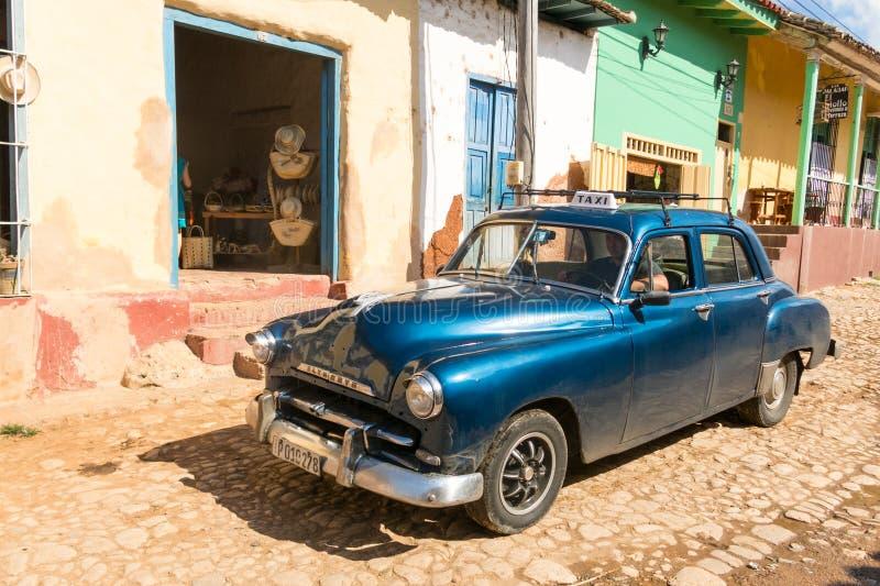 Coche clásico americano en la ciudad de Trinidad El patrimonio mundial de la UNESCO se sienta imagen de archivo libre de regalías
