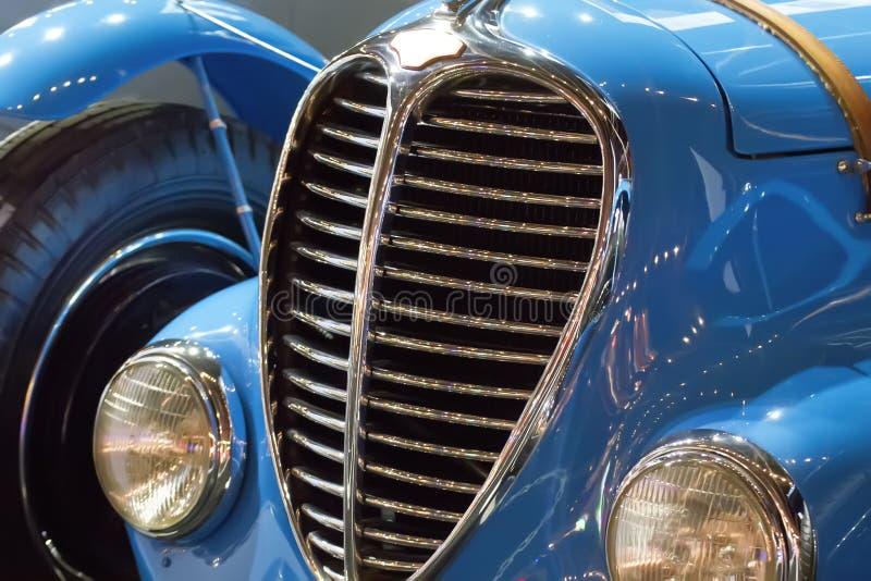 Coche clásico del vintage azul para la venta en la subasta imagen de archivo libre de regalías
