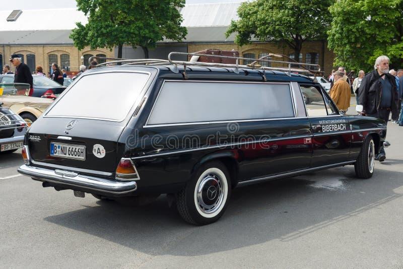Coche-coche fúnebre Mercedes-Benz 220D (W114) foto de archivo