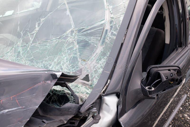 Coche dañado después de la ventana rota accidente fotografía de archivo