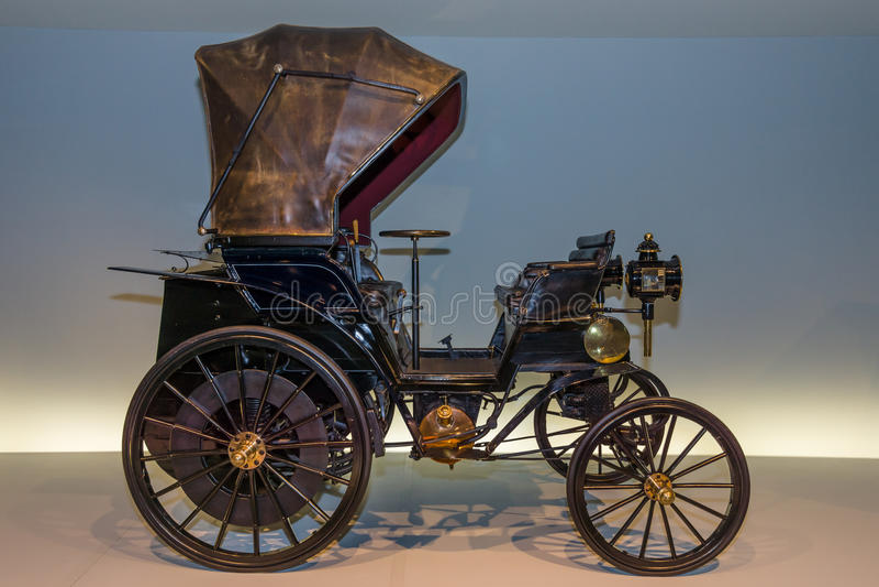 Coche Daimler Riemenwagen del vintage en relación a (coche transmitido por banda de Daimler), 1896 imágenes de archivo libres de regalías