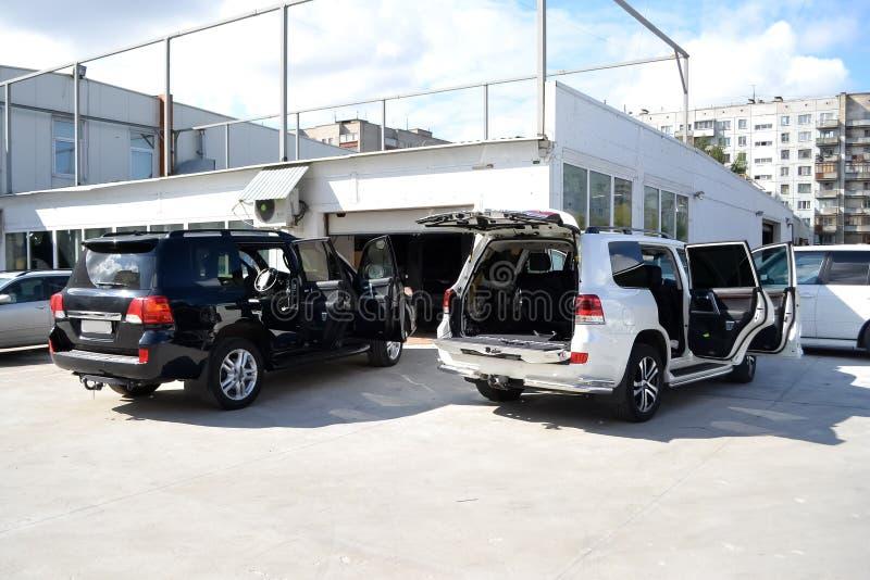 Coche de adaptación dos en un cuerpo blanco y negro de SUV con tres capas de aislamiento del ruido con las puertas abiertas y la  fotos de archivo