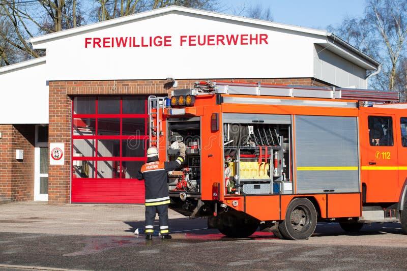 Coche de bomberos alemán del bombero del cuerpo de bomberos actuado foto de archivo