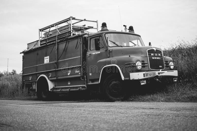 Coche de bomberos clásico parqueado, Amsterdam Holanda fotos de archivo