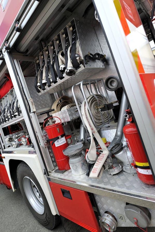 Coche de bomberos con el equipo foto de archivo