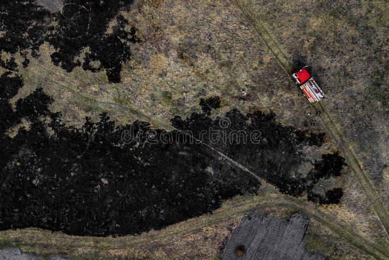 Coche de bomberos en la opinión aérea del fuego fotografía de archivo