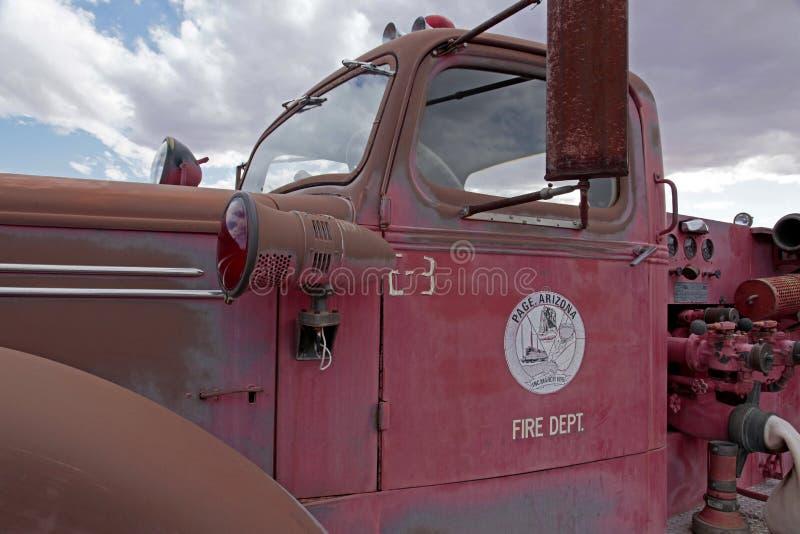 Coche de bomberos viejo abandonado cerca de la página, Arizona fotografía de archivo
