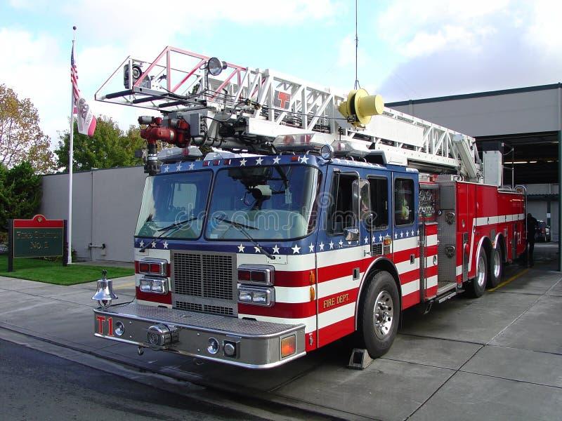 Coche de bomberos y estación imagenes de archivo