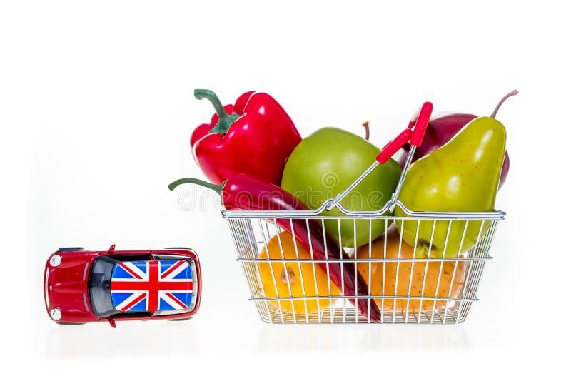 Coche de Brexit y cesta de compras por completo con los ultramarinos im conceptual fotos de archivo