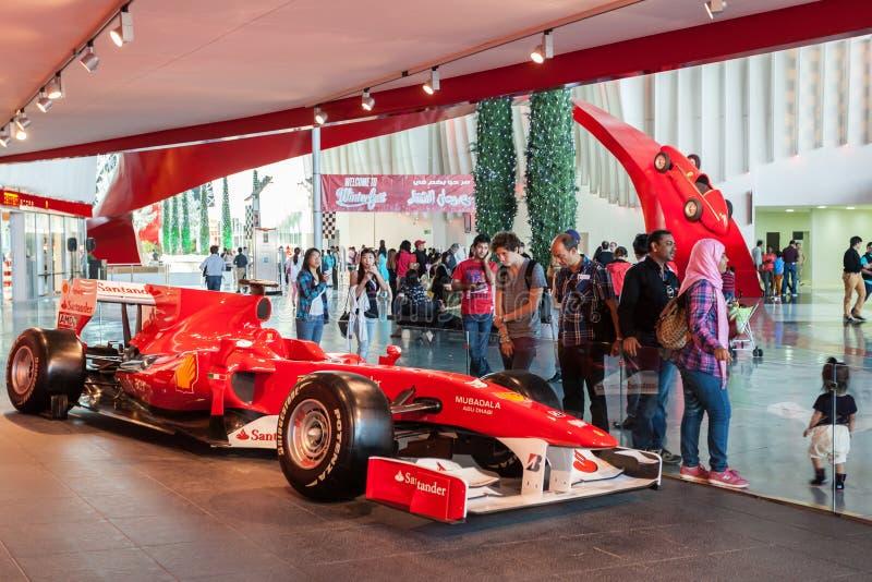 Coche de competición de F 1 en el mundo de Ferrari, Abu Dhabi imagen de archivo libre de regalías