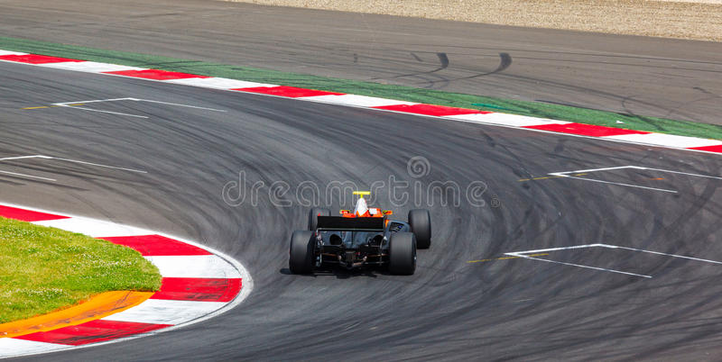 Coche de competición F1 en una raza imagen de archivo