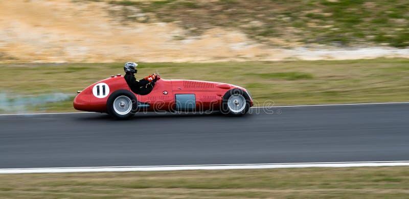 Coche de competición histórico de Maserati F1 a la velocidad imagen de archivo