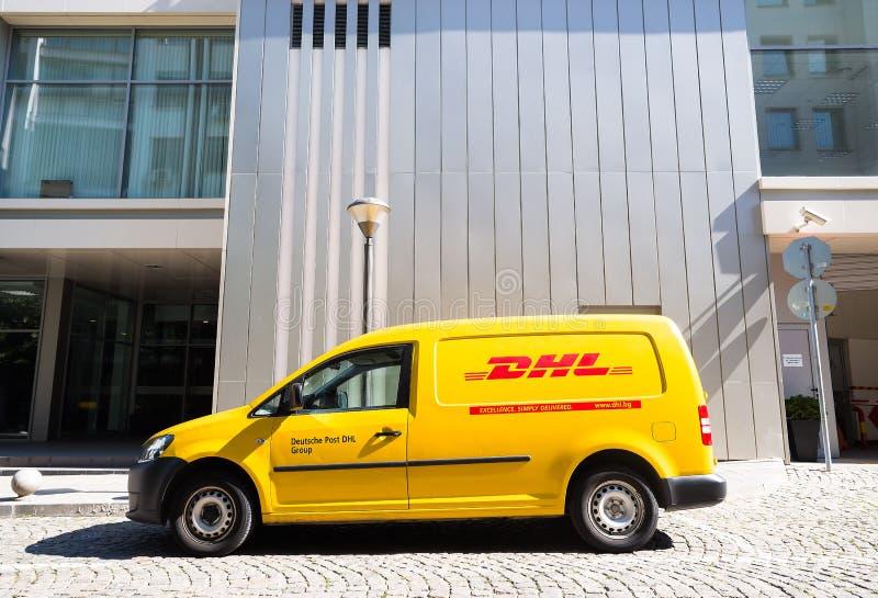 Coche de entrega de DHL durante servicio imagenes de archivo