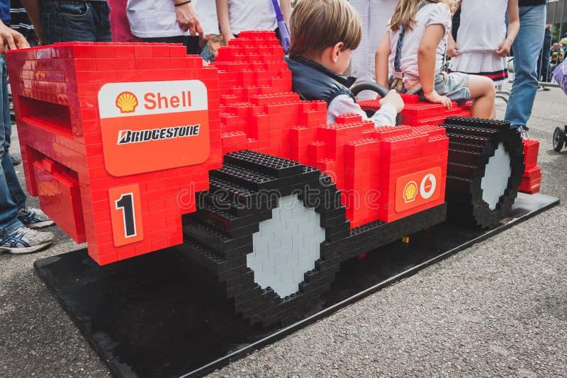 Coche de Ferrari hecho de los ladrillos de Lego en Milán, Italia imágenes de archivo libres de regalías