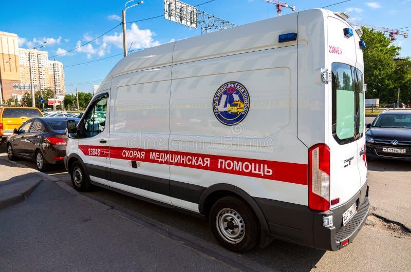 Coche de la ambulancia parqueado para arriba en la calle fotos de archivo libres de regalías
