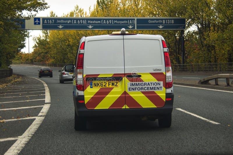 Coche de la aplicación de la inmigración en el camino en Inglaterra foto de archivo libre de regalías