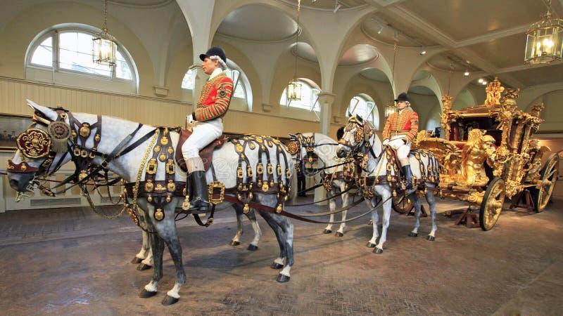 Coche de la corona británica, Buckingham Palace, Londres, Inglaterra imagen de archivo libre de regalías