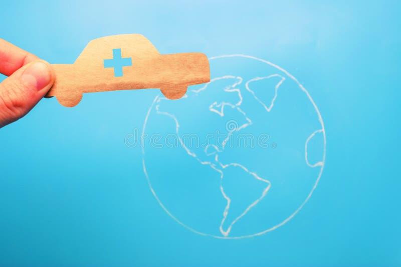 Coche de la emergencia en el mapa del mundo imágenes de archivo libres de regalías