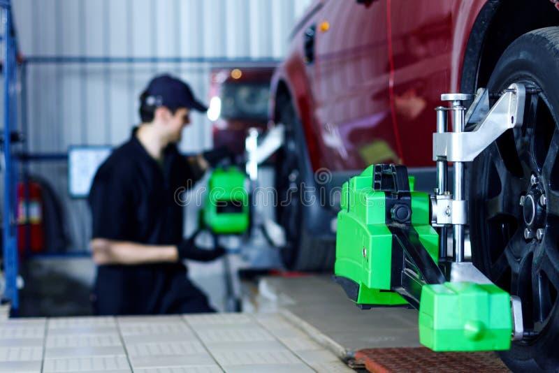 Coche de la reparación del ingeniero del mecánico en la gasolinera del coche foto de archivo libre de regalías