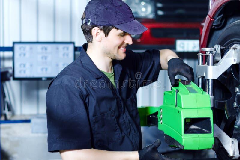 Coche de la reparación del ingeniero del mecánico en la gasolinera del coche fotos de archivo libres de regalías